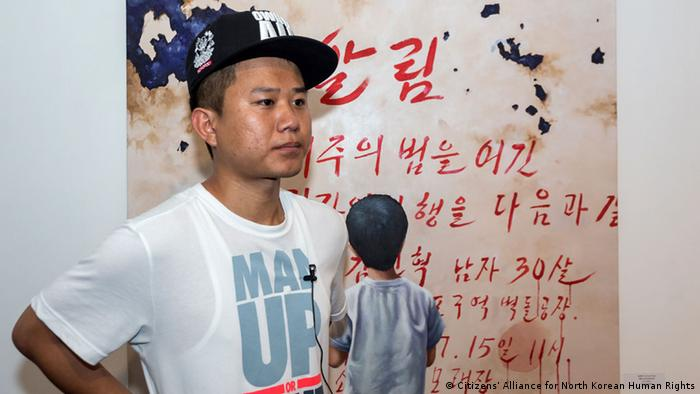 Kang Chun-hyok vor einem seiner Bilder (Foto: Citizens' Alliance for North Korean Human Rights / privat)