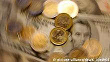 ARCHIV - ILLUSTTRATION - Euro-Münzen und Dollarscheine liegen am 20.11.2007 in einem Hamburger Büro auf einem Tisch (Aufnahme mit Dreheffekt). Der Euro kennt in diesen Tagen nur eine Richtung: Nach unten. Beim aktuellen Stand von weniger als 1,29 Dollar macht der Kursverlust im Vergleich zum Jahreshoch von gut 1,39 Dollar schon mehr als sieben Prozent aus. Foto: Kay Nietfeld/dpa (zu dpa Der Euro fällt und fällt - Wer profitiert vom Kursverlust? vom 09.09.2014) +++(c) dpa - Bildfunk+++
