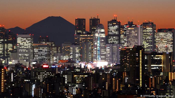 قریب ۵۵ درصد از ۷/۷ میلیارد جمعیت روی کره زمین در شهرها زندگی میکنند. سازمان ملل متحد پیشبینی میکند که در آینده نیز بر جمعیت شهرنشینان افزوده خواهد شد. تا سال ۲۰۳۰ جمعیت شهرها بیش از ۶۰ درصد افزایش خواهد یافت. تا سال ۲۰۵۰ افزایش جمعیت شهرها حدود ۷۰ درصد خواهد بود. در حال حاضر توکیو با ۳۷ میلیون نفر پرجمعیتترین شهر دنیاست.