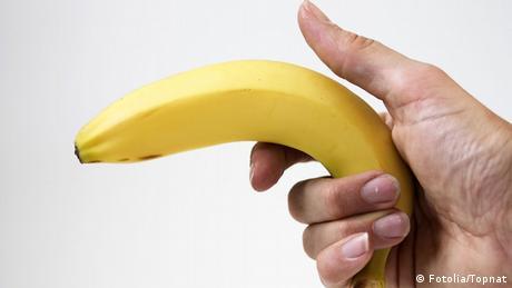 Symbolbild Räuber begeht Überfall mit Banane statt Waffe