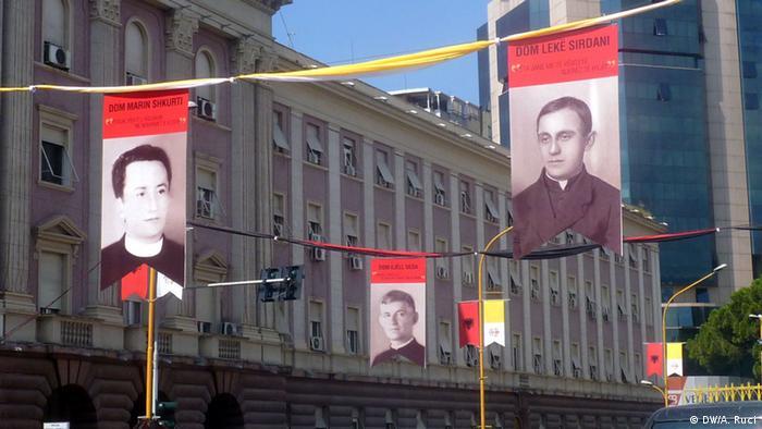 Dekoration vor Papstbesuch in Tirana