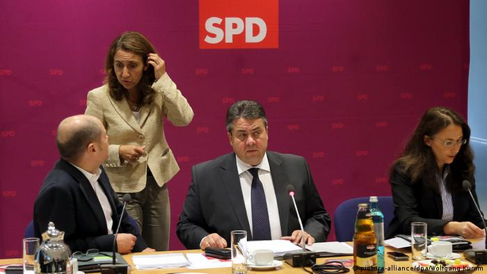 Özoğuz'un politikaya atılması Almanya Başbakanı Angela Merkel'in muhtemel halefi Olaf Scholz'un teşvikiyle oldu