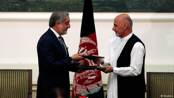 محمد اشرف غنی و عبدالله عبدالله در جریان امضای توافقنامه تشکیل حکومت وحدت ملی در سال ۲۰۱۴