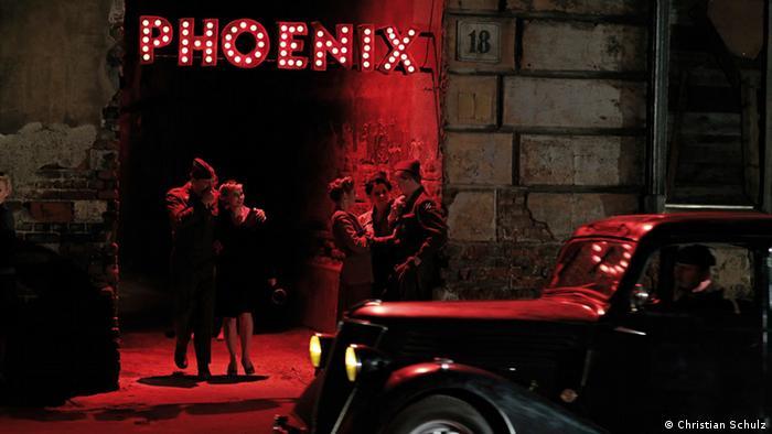 Сцена у берлинского ночного бара Феникс, название которого носит и фильм Кристиана Петцольда