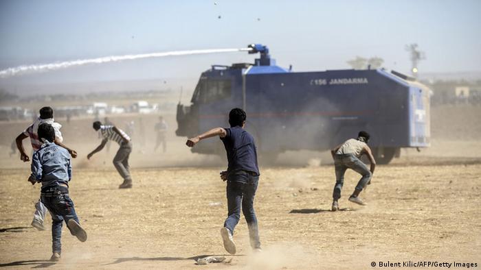 Türkei Suruc Grenze Syrien Proteste Kurden Wasserwerfer 21.09.2014