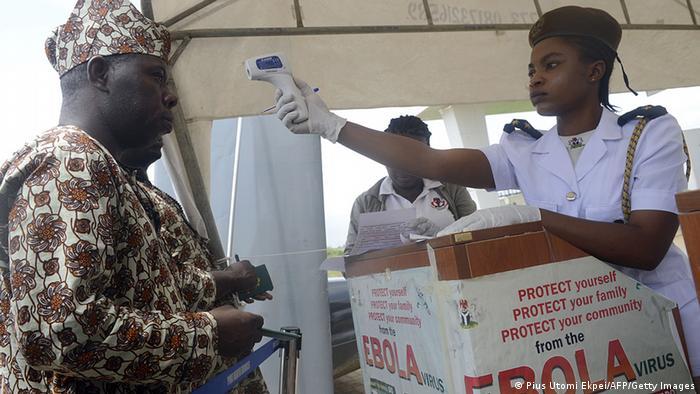 Fiebermessen bei Passagieren am Flughafen von Lagos (Foto: Pius Utomi Ekpei/AFP/Getty Images)