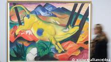 Eine Museumsbesucherin geht am 23.09.2014 im Kunstmuseum in Bonn (Nordrhein-Westfalen) am Werk «Die gelbe Kuh» von Franz Marc aus dem Jahr 1911 vorbei. Die Ausstellung «August Macke und Franz Marc. Eine Künstlerfreundschaft» ist vom 25.09.2014 bis zum 04.01.2015 im Bonner Kunstmuseum zu sehen. Foto: Federico Gambarini/dpa +++(c) dpa - Bildfunk+++