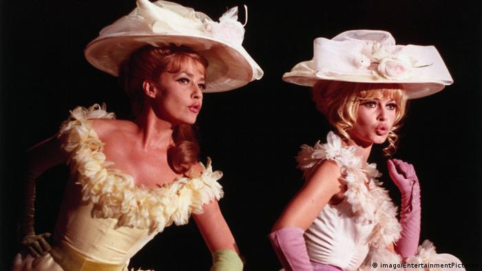 Jeanne Moreau (left) and Bridget Bardot in the Louis Malle film Viva Maria! from 1965 (imago/EntertainmentPictures)
