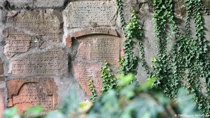 Надгробия, обнаруженные туннеле под кладбищем