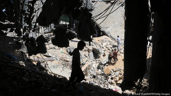 Spielende Kinder in Ruinen in Gaza (Foto: AFP)