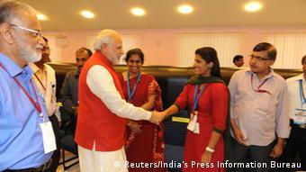 Narendra Modi gratuliert den Isro-Wissenschaftlern (Foto: Reuters/India's Press Information Bureau)