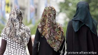 Muslim women with headscarves seen from behind dpa - Bildfunk+++