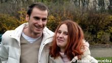 ARCHIV - Das Geschwisterpaar Patrick und Susan aus Leipzig, aufgenommen am 22.12.2006. Der derzeit 35-Jährige und seine Schwester, die nicht zusammen aufgewachsen sind, haben gemeinsam vier Kinder. Der Europäische Gerichtshof für Menschenrechte (EGMR) entscheidet, ob die Bestrafung des Inzests unter Geschwistern einen Verstoß gegen die Menschenrechte bedeutet. Der Mann aus Sachsen wurde wegen «Beischlafs zwischen Verwandten» mehrmals zu Freiheitsstrafen verurteilt. Der 35-Jährige macht vor dem EGMR eine Verletzung von Artikel 8 der Europäischen Menschenrechtskonvention (EMRK) geltend, der das Recht auf Achtung des Privat- und Familienlebens schützt. Foto. IDECON-team +++(c) dpa - Bildfunk+++