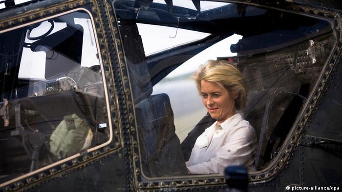 Урсула фон дер Ляйен в кабине боевого вертолета во время визита в Афганистан