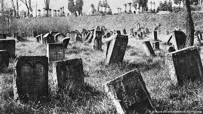 Фотография кладбища, сделанная около 1900 года