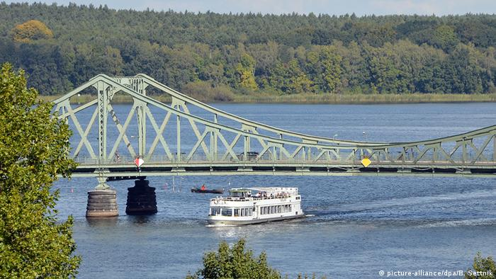 """De un lado Berlín, del otro Potsdam. Hoy, el """"Glienicke Brücke"""" es la ruta más corta entre las dos ciudades."""