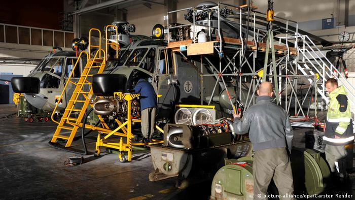 Mechaniker arbeiten auf dem Fliegerhorst in Kiel-Holtenau (Schleswig-Holstein) an defekten Marine-Hubschraubern vom Typ Sea King. (Foto: dpa)