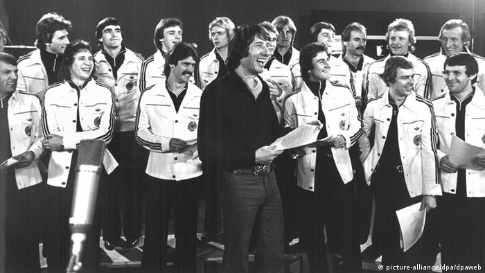 The German national soccer team singing a song with pop star Udo Jürgens in 1978 (picture-alliance/dpa/dpaweb)
