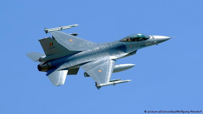 جنرال داینامیکس یک شرکت صنایع هوا-فضایی و جنگافزاری آمریکایی است که ۶۲ درصد از درآمد خود که بالغ بر ۲۴ میلیارد و ۵۰۰ میلیون دلار میشود را از محل فروش سلاح و جنگافزار کسب میکند. جنرال داینامیکس سازنده جنگنده اف ۱۶ (عکس) است.