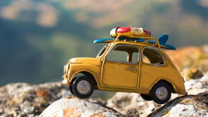 Ein gelbes Miniaturauto steht auf einem Felsen (DW)