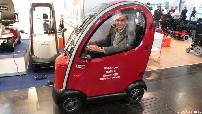 این یک خودران برقی برای سالمندان یا معلولانی است که میخواهند در هوای بارانی و طوفانی هم امکان تردد داشته باشند و به خرید یا دیدار کسی بروند. در صورت مساعد بودن هوا، درها را میتوان برداشت. قدرت صندلی چرخدار برقی ۱۵۰۰ وات و سرعت آن حداکثر ۱۵ کیلومتر در ساعت است. وقتی وسیله کاملا شارژ باشد، تا ۴۰ کیلومتر میتوان با آن راند.