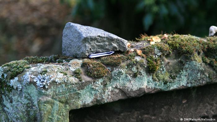 Камень на старом надгробии