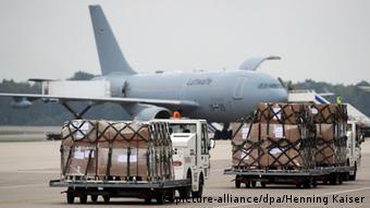 Погрузка в грузовой военный самолет