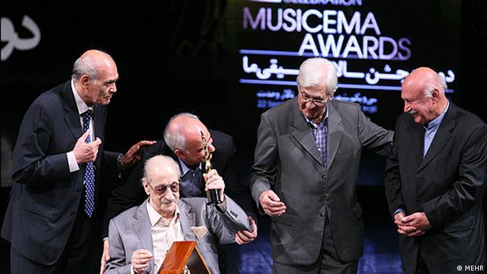 عبدالوهاب شهیدی (دوم از چپ)