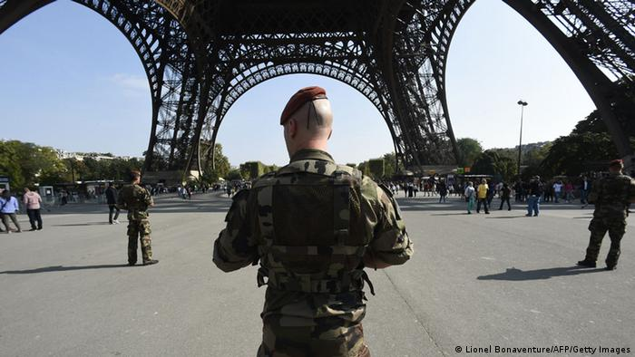 Paratroopers patrols under the Eiffel Tower on September 23, 2014 in Paris, a day after the radical Islamic State group, which controls large areas of Iraq and Syria, called on Muslims to kill citizens of countries taking part in the US-led coalition against the jihadists, which includes France. AFP PHOTO LIONEL BONAVENTURE