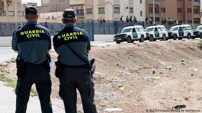 Unos 70 marroquíes lograron entrar en el enclave norteafricano español de Melilla al forzar una reja y saltar la doble valla que protege la frontera con Marruecos, anunciaron las autoridades españolas. Estas entradas se producen después de que el lunes y martes llegaran a nado más de 8.000 migrantes, en su inmensa mayoría marroquíes, al otro enclave español del norte de África, Ceuta (21.05.2021).