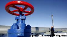ARCHIV - Die Gas-Messstation Sudzha in Russland 200 Meter von der Grenze zur Ukraine entfernt (Archivfoto vom 13.01.2009). Der russische Gasmonopolist Gazprom hat am Dienstag 20.01.2009 nach fast zweiwöchiger Lieferblockade erstmals wieder Gas für Europa in die Transitpipelines der Ukraine gepumpt. Die ukrainische Regierungschefin Julia Timoschenko sagte in Moskau, Gazprom habe um 2.00 Uhr MEZ mit den Lieferungen begonnen. Nach Angaben von Gazprom wird das Unternehmen um 8.00 Uhr MEZ den vollen Gasfluss nach Europa wieder aufnehmen. Foto: Maxim Shipenkov +++(c) dpa - Bildfunk+++