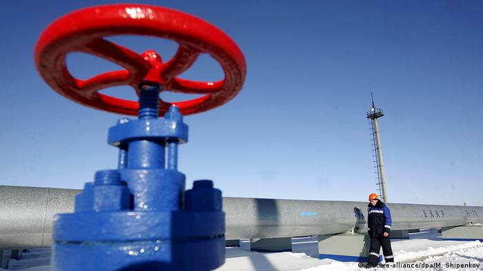 Red gas tap on blue mounting at measuring station near the Ukrainian border Photo: Maxim Shipenkov +++(c) dpa - Bildfunk+++