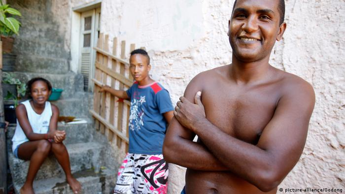 Family at home in Alagados favela (Copyright: picture-alliance/Godong)