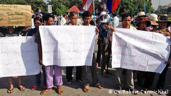 Protesters gathered at barricades near Australia's embassy in Phnom Penh on Friday morning to protest the signing of the deal later that day that will see refugees sent from Australia's detention centres to Cambodia (Photo: Carmichael/DW)