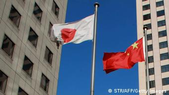China und Japan Flaggen Archiv 2012