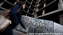 Bildunterschrift:A pedestrian walks past a anti-gay graffiti, reading 'Stop the parade of fags', in Belgrade on September 26, 2014. Belgrade will host a Gay Pride parade on September 28 for the first time in four years after being banned for security reasons following violent protests by ultra-nationalists at the event. Ultra-nationalists and far-right groups have threatened to protest against the gay pride over the weekend, but Prime Minister Aleksandar Vucic warned that 'whoever tries to provoke incidents will be very, very severely punished.' AFP PHOTO / ANDREJ ISAKOVIC (Photo credit should read ANDREJ ISAKOVIC/AFP/Getty Images)