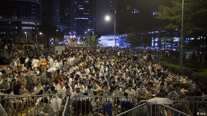 Student protesters man the barricades at an overnight mass sit-in in front of Hong Kong's Central government offices, Hong Kong, China, 28 September 2014. . EPA/ALEX HOFFORD +++(c) dpa - Bildfunk+++