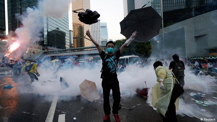 هزاران شهروند هنگکنگ همچنان در خیابانها به سر میبرند