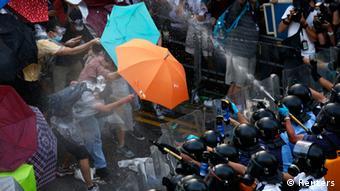 La plupart des manifestants sont des étudiants, munis de simples parapluies pour résister aux gaz lacrymogènes