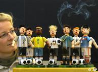 Чисто футбольные сувениры: курящие человечки в виде игроков национальных сборных