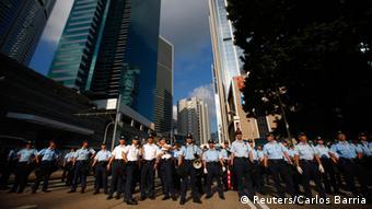 Les policiers font barrage pour protéger le quartier financier