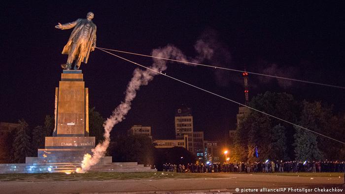 Снос памятника Ленину в Харькове в сентябре 2014 года