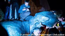 Ukraine Aktivisten Lenin Statue gestürzt Sturz Abriss Monument