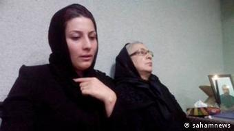 مادر و همسر محسن امیر اصلانی در مراسم ختم او