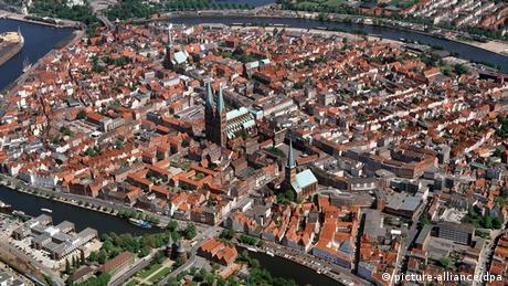 El casco histórico de Lübeck, en el norte de Alemania, está bordeado por los ríos Trave y Wakenitz. La ciudad se enriqueció gracias al comercio de finales de la Edad Media. Varias casas son testimonio de la prosperidad de aquella época. Cerca de 1.800 edificios forman parte del patrimonio histórico. Desde 1987, la parte antigua de la ciudad pertenece al Patrimonio de la Humanidad de la Unesco.