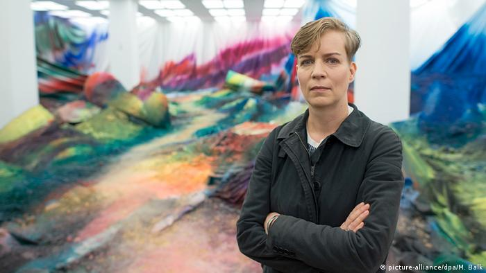 Katharina Grosse in front on one of her colorful installations (picture-alliance/dpa/M. Balk)