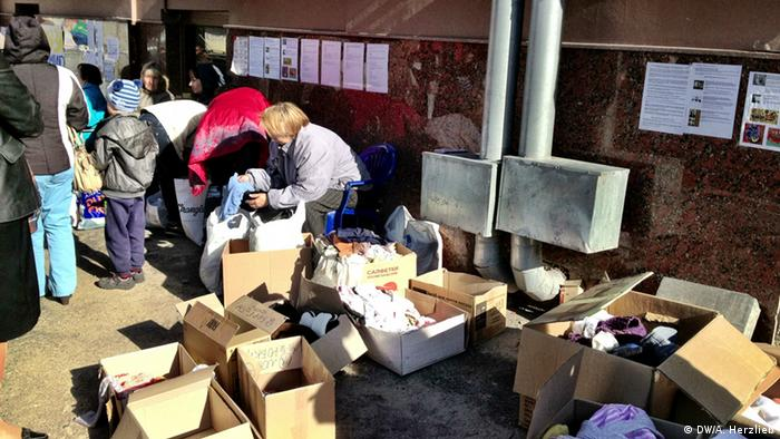 Раздача зимней одежды беженцам с востока Украины