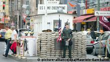 Touristen besuchen am 07.07.2014 in Berlin den Checkpoint Charlie. Millionen Touristen kommen nach Berlin. Viele von ihnen wollen Spuren der einst geteilten Stadt sehen - auch fast 25 Jahre nach dem Mauerfall. Foto: Maurizio Gambarini