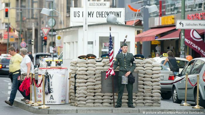 A mais famosa das antigas passagens entre os dois lados da Berlim dividida é Checkpoint Charlie