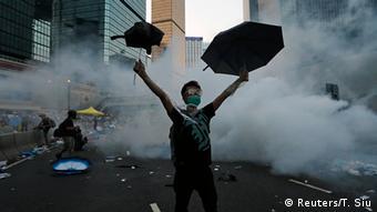 China Studentenprotest in Hongkong Occupy Central Demonstrant Regenschirm